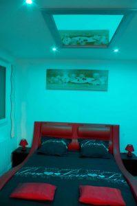 lit avec miroir au plafond